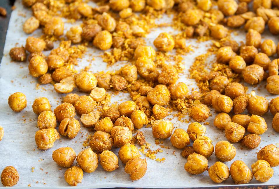 Crispy Roasted Chickpeas close up.